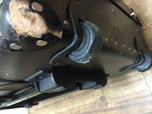 キャスター部分の摩耗とコーナーの革パーツの擦り切れが見れます。どちらもきれいに直りますので安心ください。