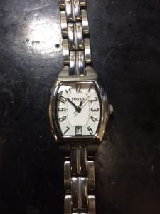 スクエアのフォッシル腕時計。シンプルな金属ベルトタイプです。